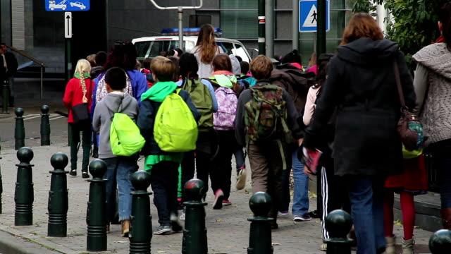 Grupo de niños acompañados adultos organizados a pie del Museo de la visita. Una hermosa toma de Europa, cultura y paisajes. Viaje de lugares de interés, atracciones turísticas de la vista de Bélgica. Viajes, Europa Occidental viaje toma de un paisaje de la ciudad, al aire libre - vídeo
