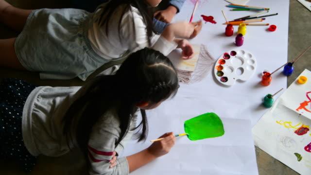 grupa dzieci malowanie i rysowanie na papierze - sztuka i rzemiosło wytworzony przedmiot filmów i materiałów b-roll