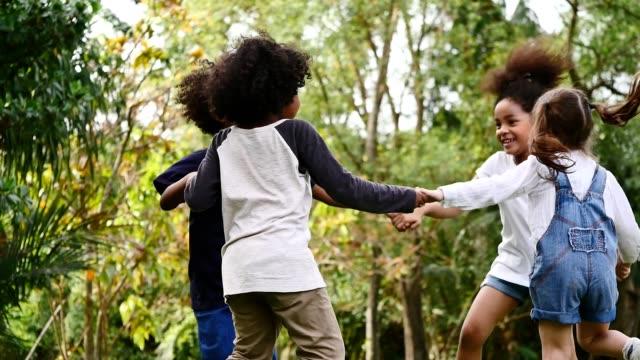 stockvideo's en b-roll-footage met groep kinderen samen spelen in het park - afro amerikaanse etniciteit