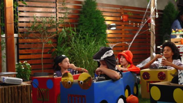 vídeos y material grabado en eventos de stock de grupo de niños viendo la película con disfraces de halloween - halloween covid