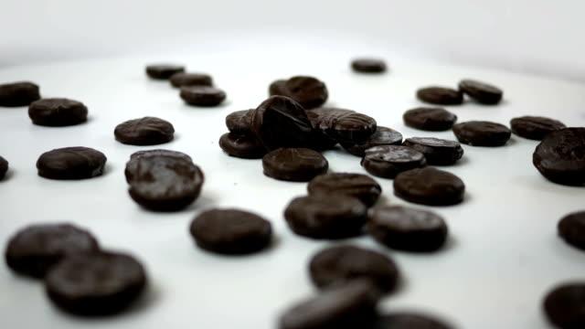Grupo de menta Chocolate caramelos spinning sobre blanco en estudio ALT - vídeo