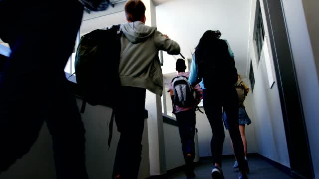 廊下で実行している同級生のグループ - 学生生活点の映像素材/bロール