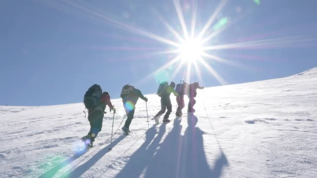 group of climbers are walking in the mountain peak - пик стоковые видео и кадры b-roll