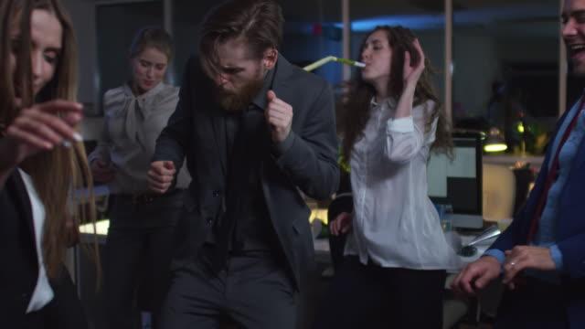 同僚がオフィスでダンスのグループ ビデオ