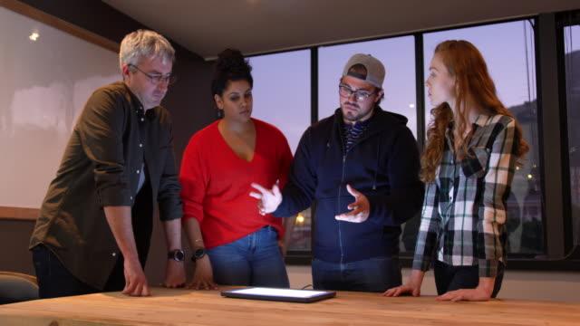vídeos de stock e filmes b-roll de group of colleagues working in a creative office - envolvimento dos funcionários
