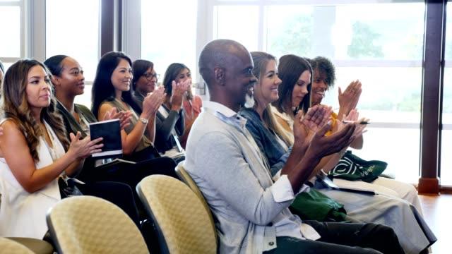 grupp av konferensdeltagare applådera huvudtalare - affärskonferens bildbanksvideor och videomaterial från bakom kulisserna
