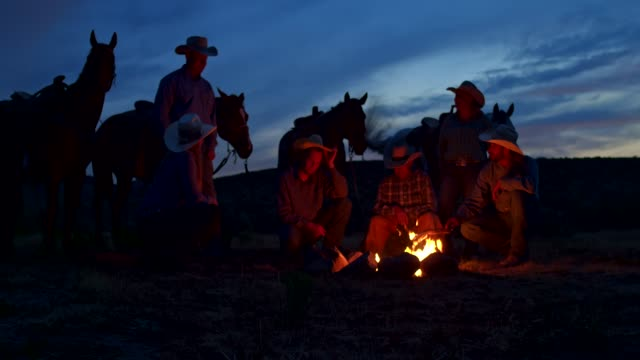 group of cowboys on a campfire in utah, usa - kapelusz kowbojski filmów i materiałów b-roll