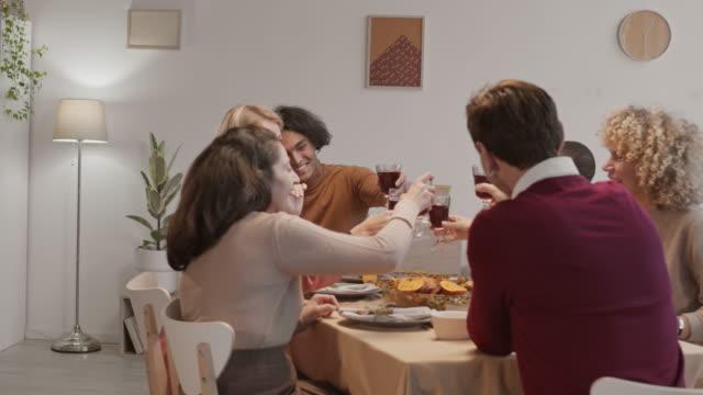 grupa różnorodnych ludzi modląc się przed posiłkiem - four seasons filmów i materiałów b-roll