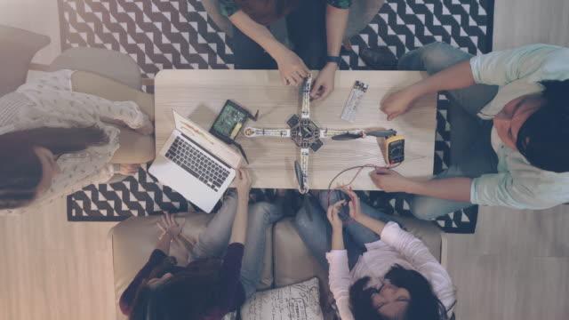 grupp av ingenjör utveckla elektroniska drone - nystartat företag bildbanksvideor och videomaterial från bakom kulisserna