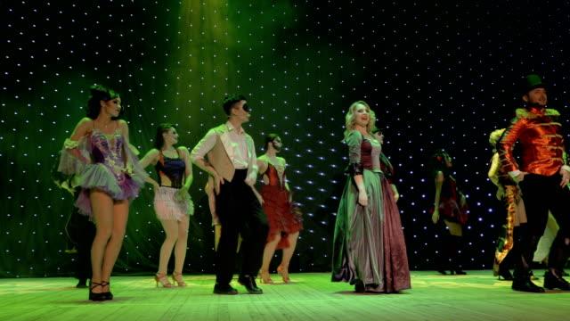 stockvideo's en b-roll-footage met groep van fairytale helden zijn dansen en zingen op het podium in theater - vetschmink