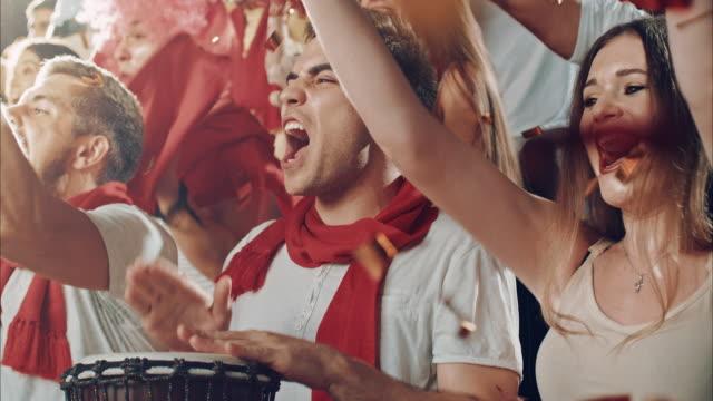 vídeos de stock e filmes b-roll de group of fans cheering for sports team - adeptos