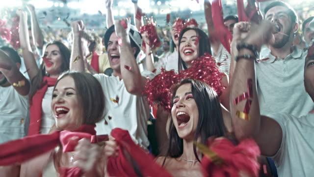 grupp av fansen för idrottslag - åskådare människoroller bildbanksvideor och videomaterial från bakom kulisserna