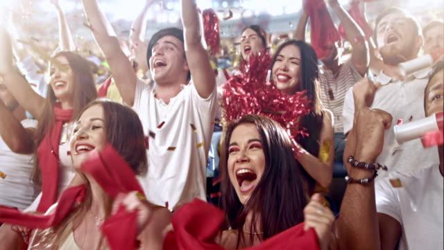 のグループファンスポーツチームを応援 - 応援点の映像素材/bロール