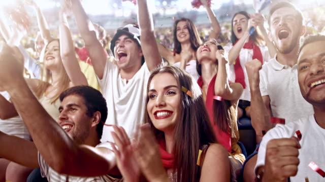 のグループファンスポーツチームを応援 - 観客点の映像素材/bロール