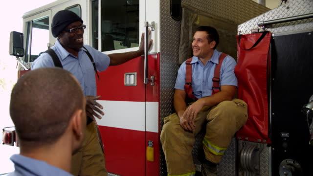 Grupo de bomberos hablando - vídeo