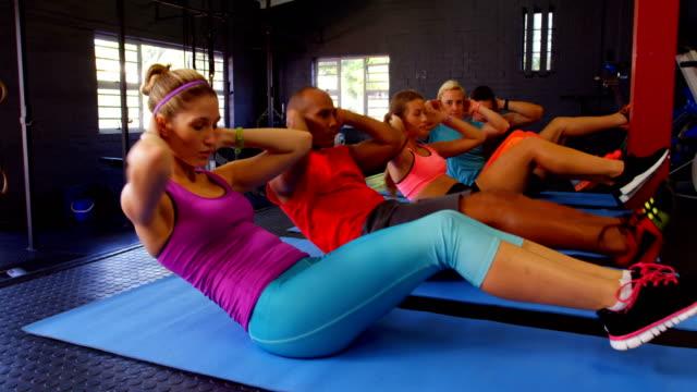 運動を行うフィットネスの人々 のグループ - 有酸素運動点の映像素材/bロール