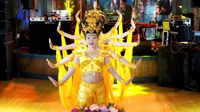 gruppe von fünf asiatische frauen schauspielerinnen in traditionellen chinesischen gelb kostümen tanzen die tanz viele bewaffnete göttin - tradition stock-videos und b-roll-filmmaterial