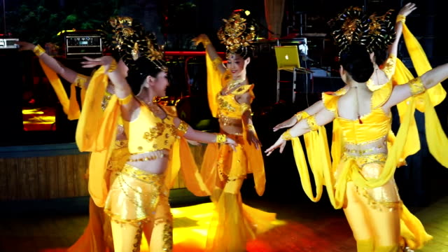 group of five asian women actresses in traditional thai yellow costumes dancing - cultura tailandese video stock e b–roll