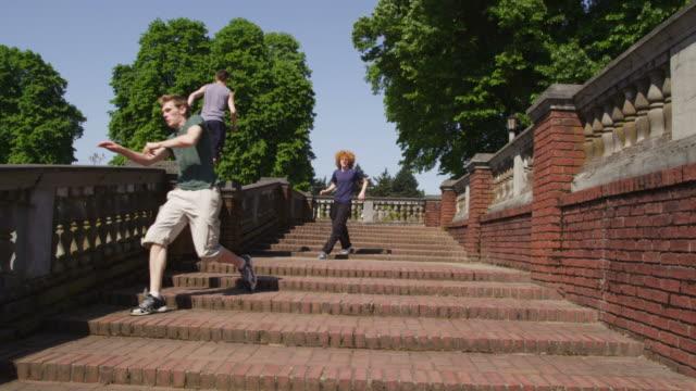 gruppe freie läufer in einem park - stuntman stock-videos und b-roll-filmmaterial