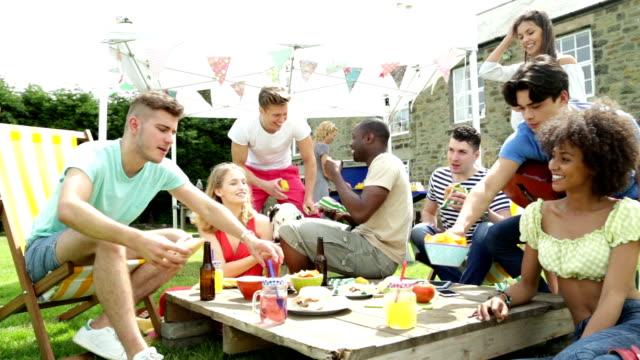 Gruppe von Freunden in einem BBQ – Video