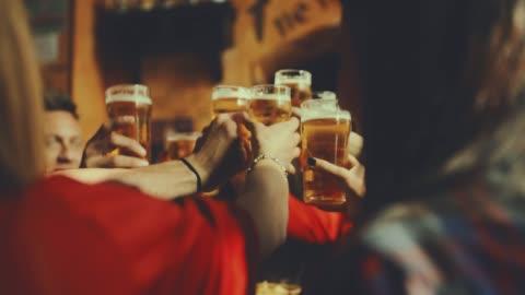 vidéos et rushes de groupe d'amis au pub. tourné au ralenti - bar