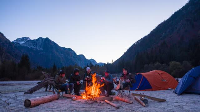 camping freunde - storytelling videos stock-videos und b-roll-filmmaterial