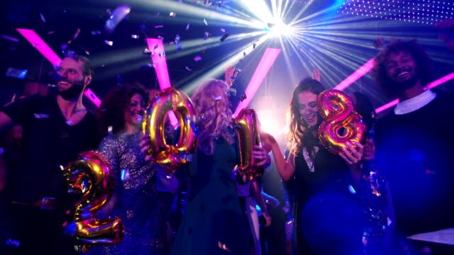 Grupo de amigos de una celebración especial para la víspera de Año Nuevo de 2018 - vídeo