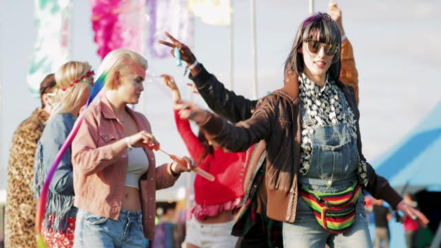 gruppe von freunden tanzen auf einem festival - musikfestival stock-videos und b-roll-filmmaterial