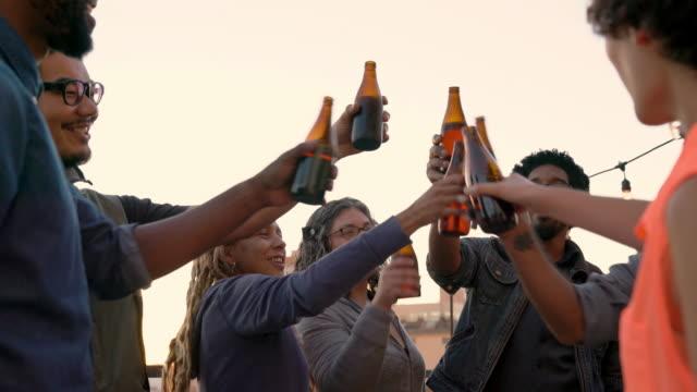 stockvideo's en b-roll-footage met groep vrienden centrum genieten van een partij - afro amerikaanse etniciteit