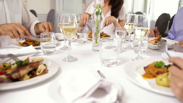 Gruppe von Freunden essen Abendessen zusammen und rösten, mit Wein – Video