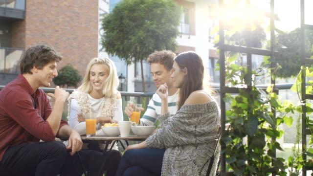 裏庭で野外パーティーがあり、食事を楽しんでいる友人のグループです。 - ピクニック点の映像素材/bロール