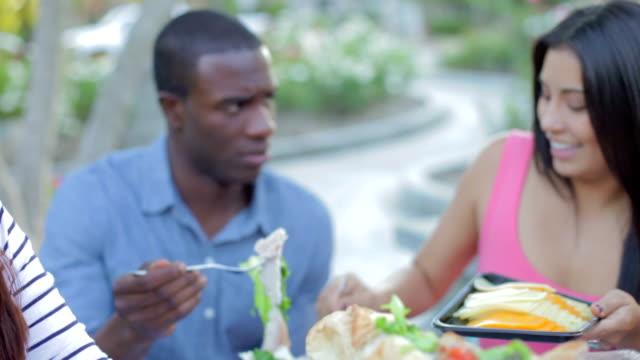 Grupo de amigos para desfrutar a refeição ao ar livre juntos - vídeo