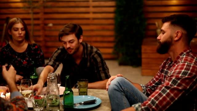 vidéos et rushes de groupe d'amis, jouir ensemble lors d'un dîner - la vingtaine
