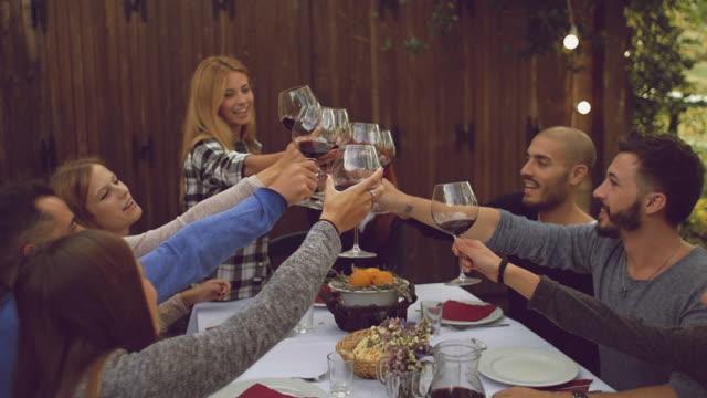 Grupo de amigos desfrutando juntos num jantar - vídeo