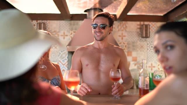 vidéos et rushes de groupe d'amis /famille faisant un toast de célébration à la maison de plage - man drinking terrace