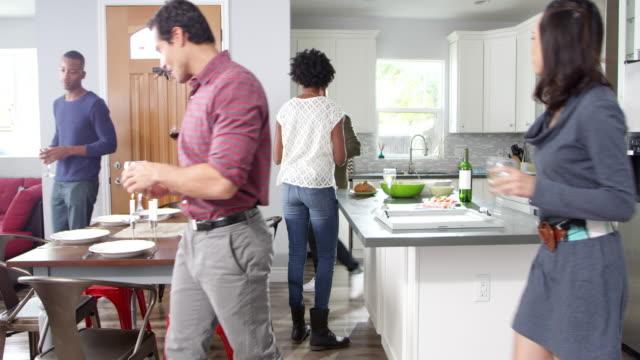 vidéos et rushes de groupe d'amis se retrouvent pour dîner dans la cuisine, tourné sur r3d - diner entre amis