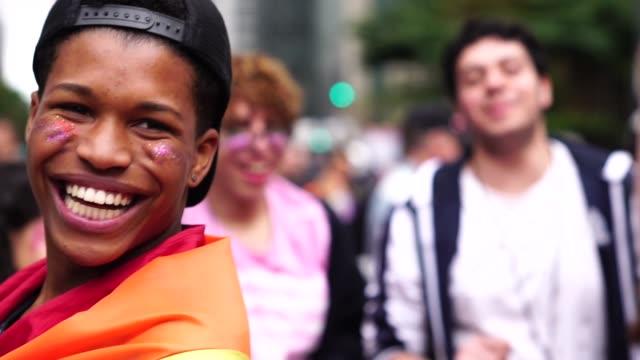 vídeos de stock, filmes e b-roll de grupo de amigos gays celebrando e dançando - lgbt