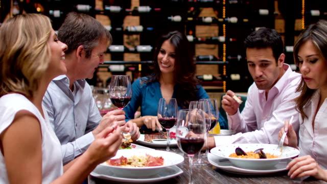 Gruppe von Freunden mit Abendessen in einem restaurant  – Video