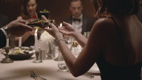 stockvideo's en b-roll-footage met groep vrienden die diner thuis hebben - glamour