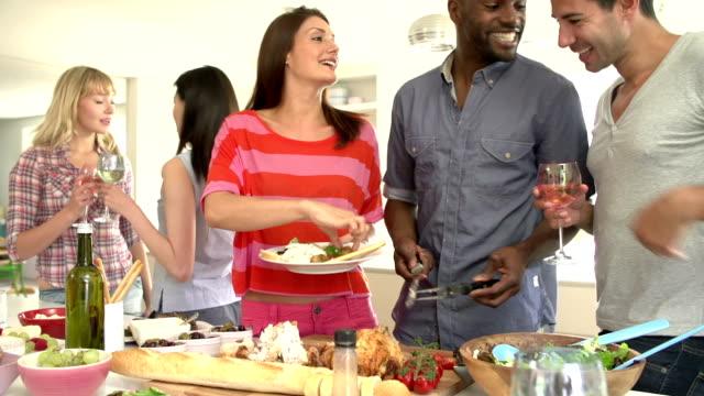 vidéos et rushes de groupe d'amis ayant un dîner chez vous - diner entre amis
