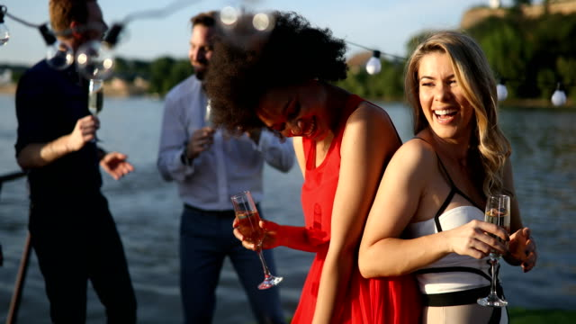 kompis gäng som har roligt och firar grupp träff - vin sommar fest bildbanksvideor och videomaterial från bakom kulisserna