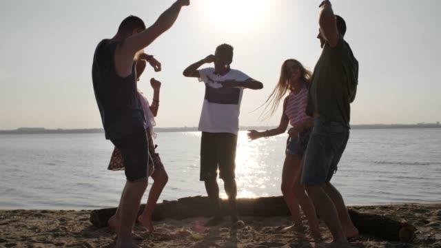 gruppe von freunden, die spaß am strand - spring break stock-videos und b-roll-filmmaterial