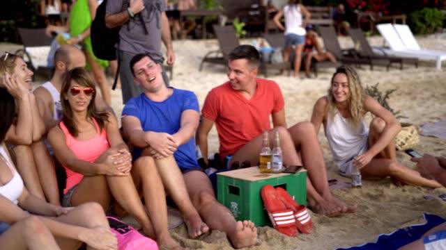 gruppe von freunden mit spaß am strand - spring break stock-videos und b-roll-filmmaterial