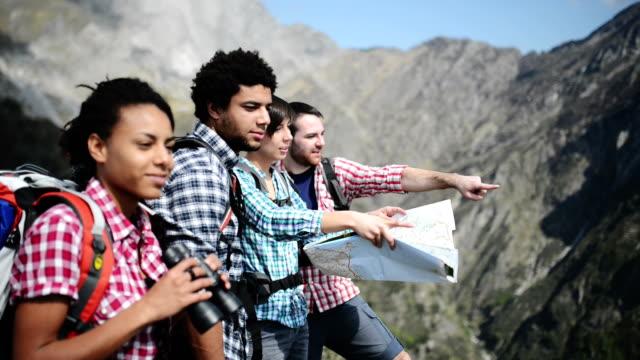 vídeos y material grabado en eventos de stock de grupo de amigos excursionismo en la montaña - 20 a 29 años