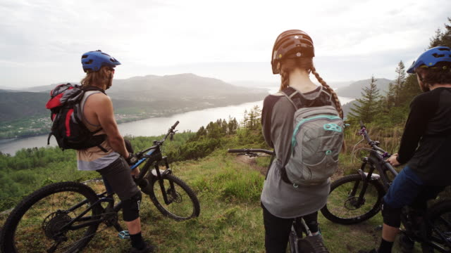 group of friends mountainbike riders: mtb biking outdoor up mountain of norway - motociclista video stock e b–roll