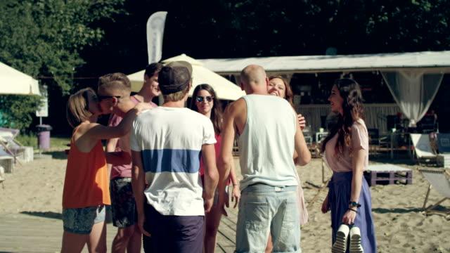 Gruppe von Freunden auf ein Picknick. Stadtstrand – Video