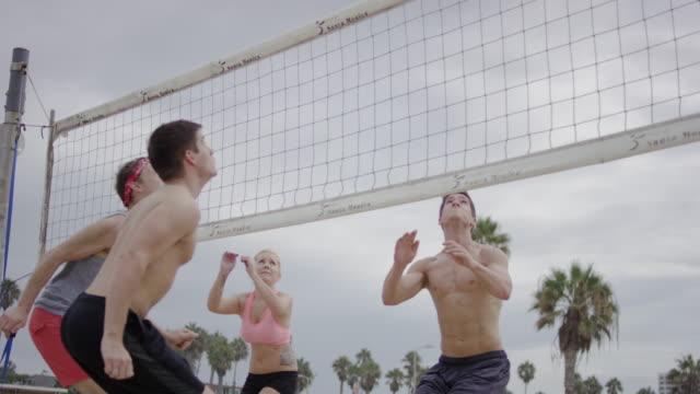 Gruppe von Freunden spielen Sie beach-volleyball – Video