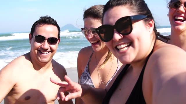 group of friends taking a selfie at the beach - 20 29 lat filmów i materiałów b-roll