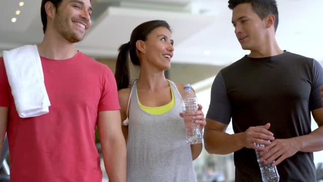 grupp vänner pratar och promenader på gymmet - gym skratt bildbanksvideor och videomaterial från bakom kulisserna