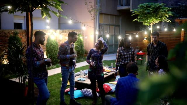 vídeos de stock e filmes b-roll de group of friends talking in the backyard - mesa mobília